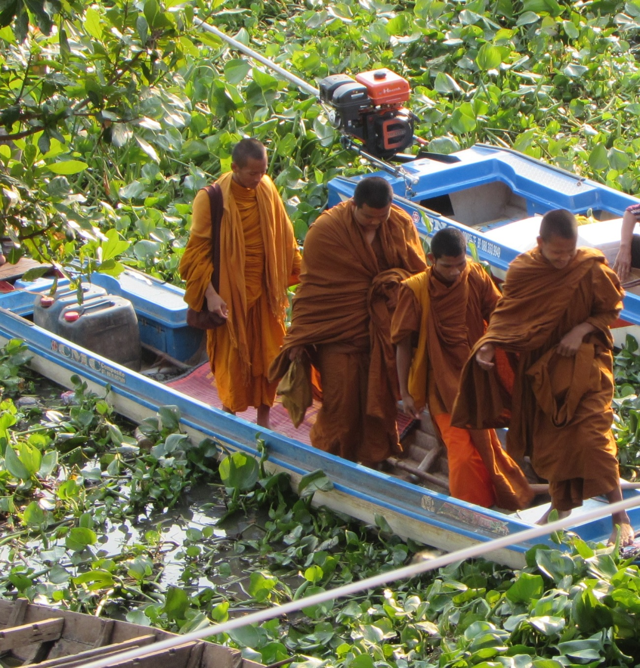 cam-young-monks-leaving-a-boat